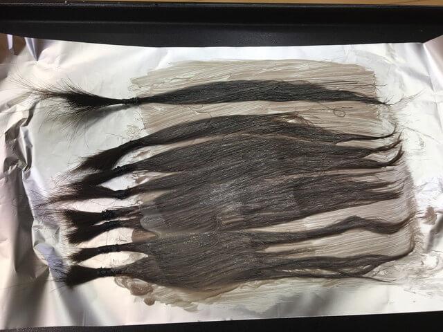 髪の毛を染めている写真