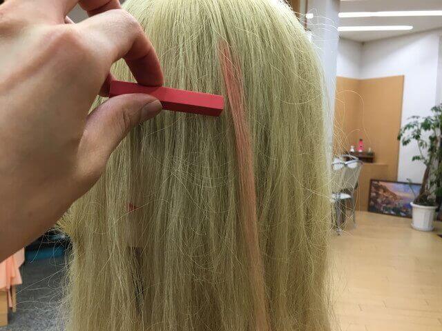 金髪に使う赤色のカラーチョークの写真