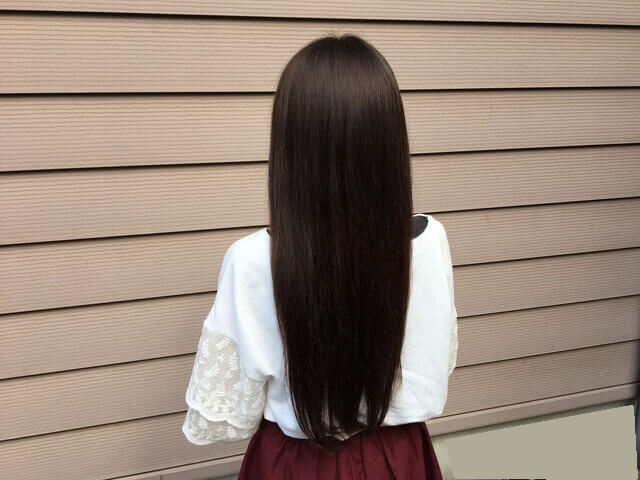 グレーアッシュブリーチなしの髪の毛ヘアカラー後の写真屋外