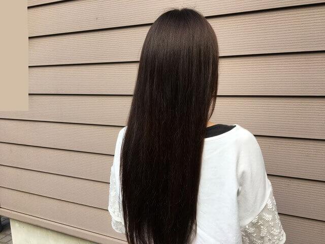 グレーアッシュブリーチなしの髪の毛ヘアカラー後の写真屋外写真