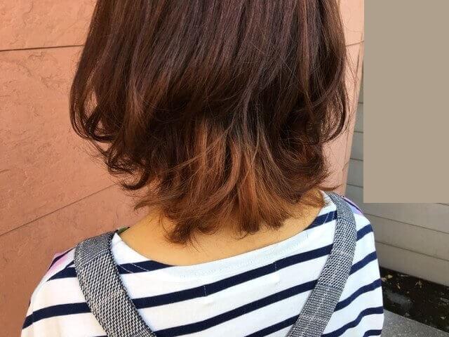 ブリーチありの髪の毛をグレーアッシュで染めた写真屋外アップ