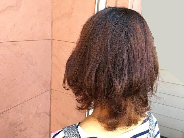 ブリーチありの髪の毛をグレーアッシュで染めた写真屋外
