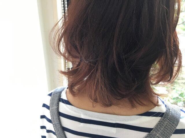 光りに透かせたブリーチありの髪の毛をグレーアッシュで染めた写真アップ