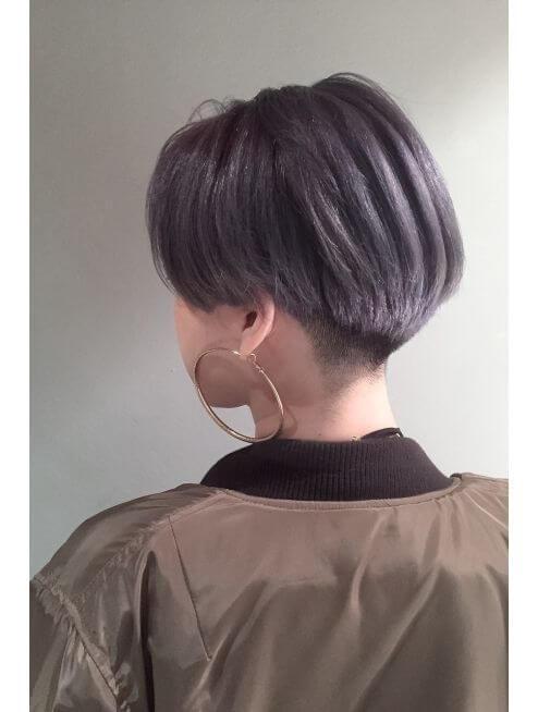 ツーブロックヘアの女性の写真