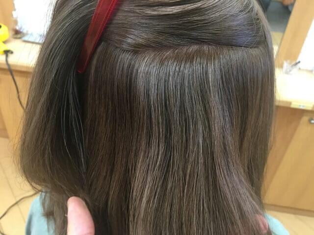 カラートリートメントで緑色になった髪の毛の写真