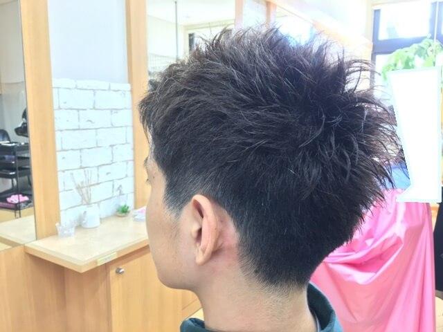 メンズアッシュカラーで染めた髪スタイリング後の写真斜め後ろ