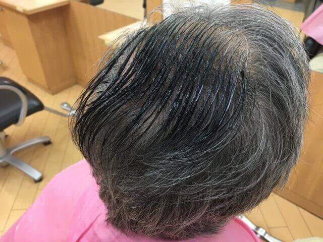 髪の毛に乗せたカラートリートメントの写真