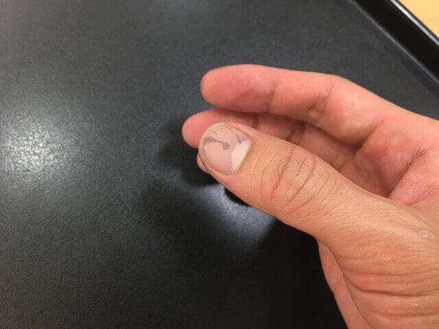 爪に付いたカラートリートメントの写真