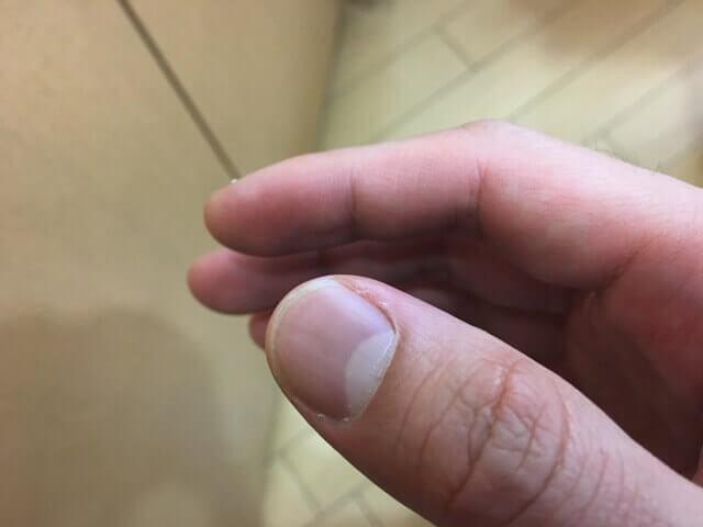 爪に残ったカラートリートメントの写真