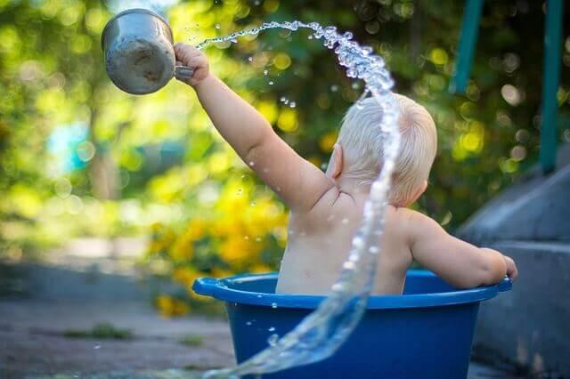 水浴びする赤ちゃんの写真