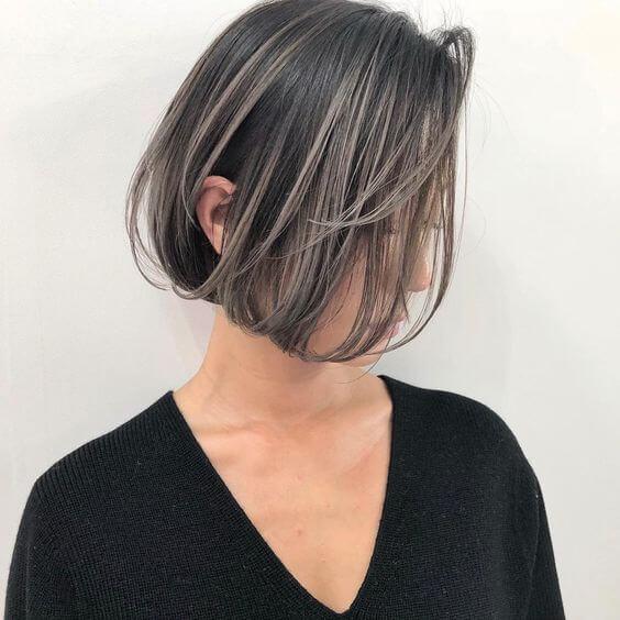 バレイヤージュグラデーションカラーの女性アゴラインボブの写真