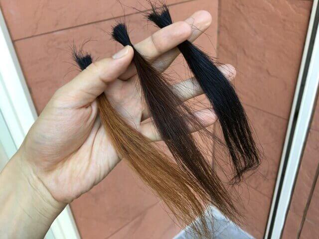 外で見た黒髪ライトナーブリーチの髪の毛の写真