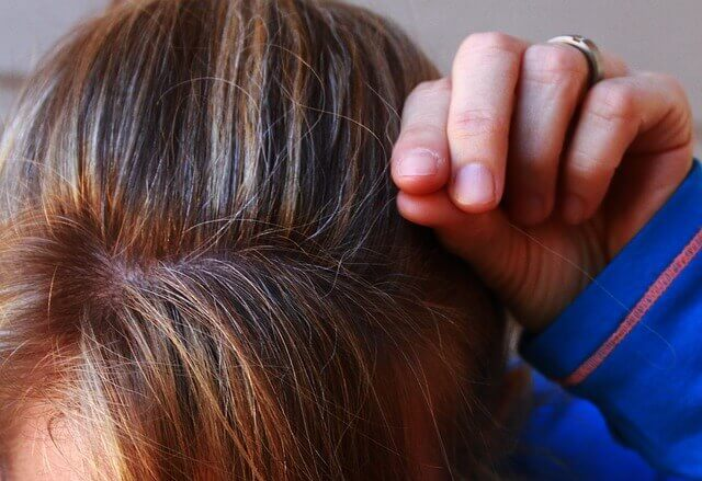 白髪を抜く女性の写真