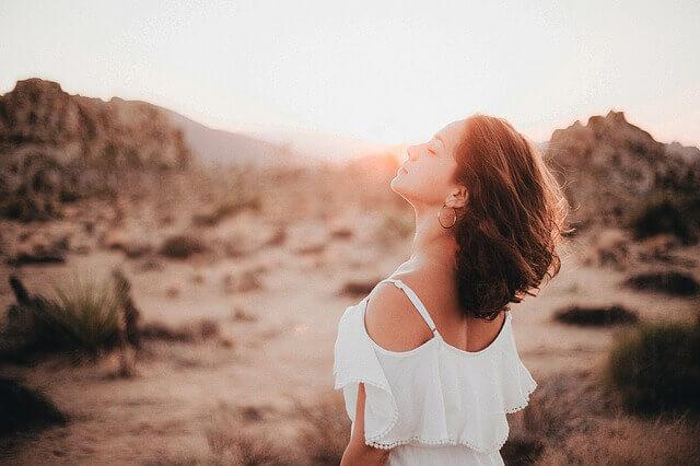 上を向くキレイな女性の写真