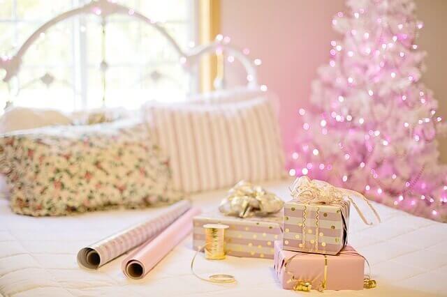 ベッドの上のプレゼントボックス