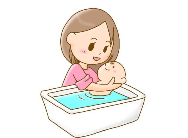 赤ちゃんを沐浴するお母さん