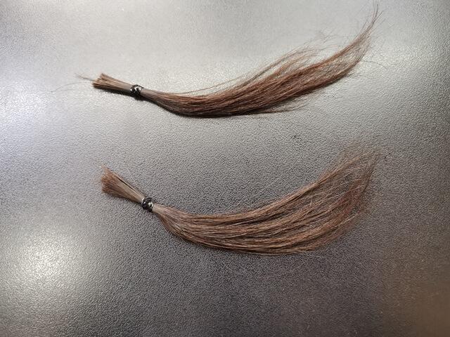 濃い灰色で染めた髪