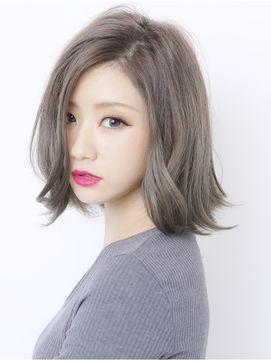 灰色の髪の女性