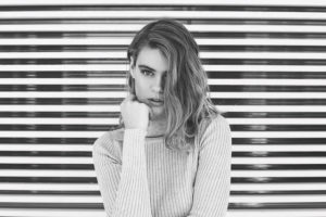 灰色の女性の写真