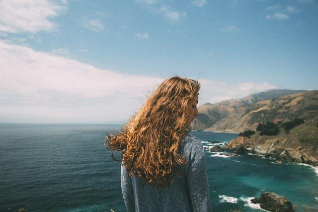 パサパサした髪の毛の女性