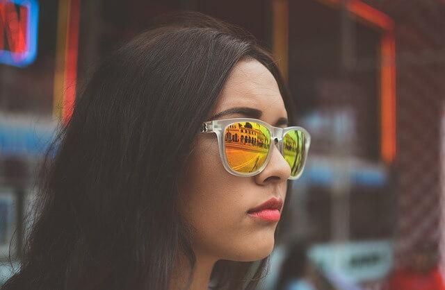 黒髪の女性の写真
