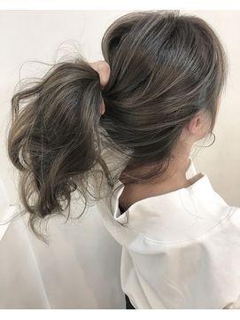 まとめ髪グレーアッシュブリーチなし