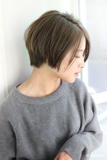 グレーアッシュ系カラーのショートヘア女性