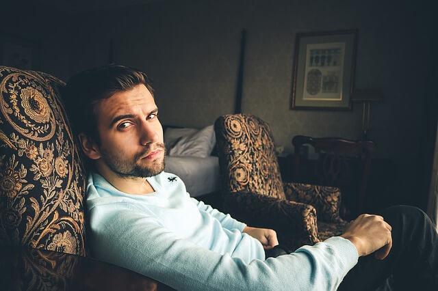 椅子に座る男性の写真