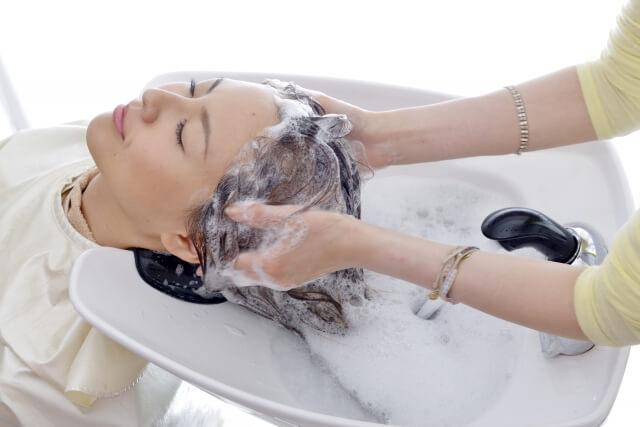 シャンプーされる女性の写真