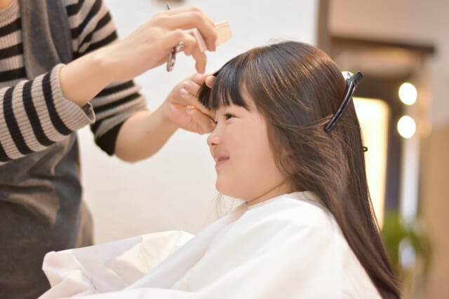 髪を切る子供