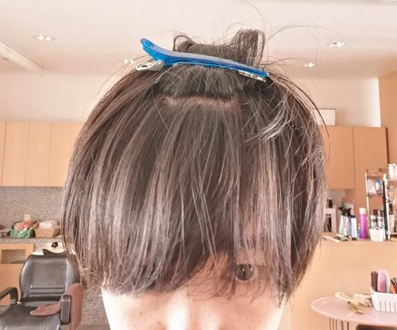 2つに分け取った前髪