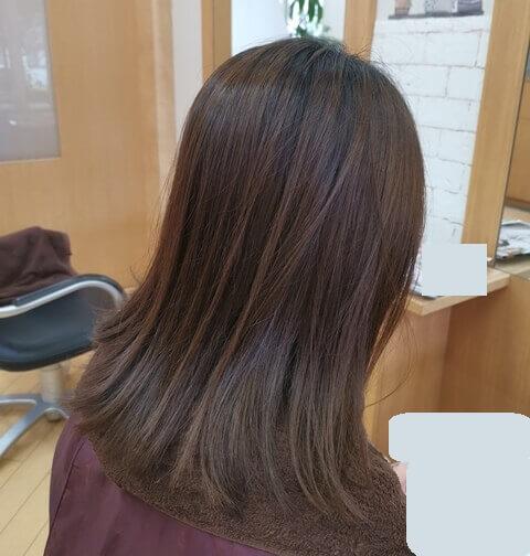 グレージュ前の髪右の写真