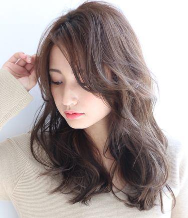 前髪の長い女性