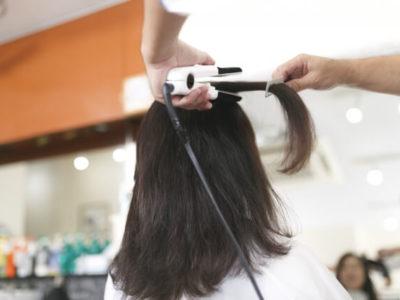 縮毛矯正する美容師