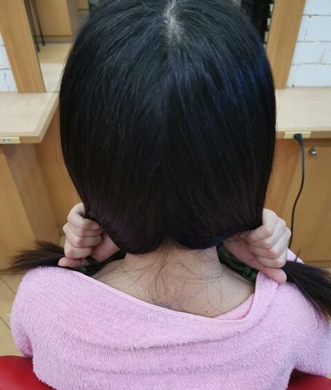 髪の毛の潤いを確認している
