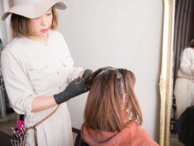 ヘアカラーを塗る美容師の写真