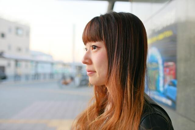 前髪の短い女性