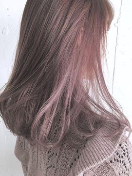 ピンクヘアカラーの女性