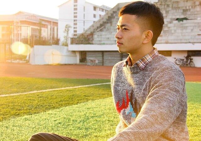 短髪の男子学生