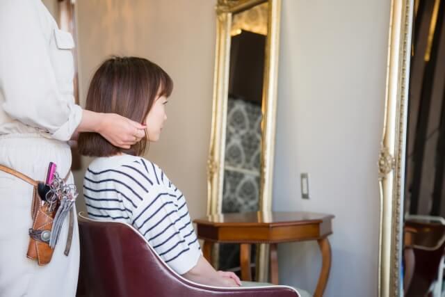 美容室でカウンセリングをする女性