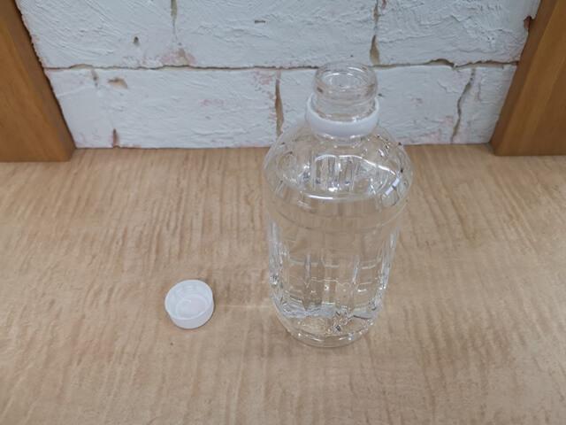 ぬるま湯の入ったペットボトル