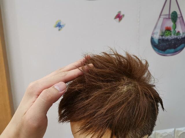 髪に束感を出している