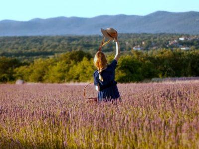 ラベンダー畑にいる女性