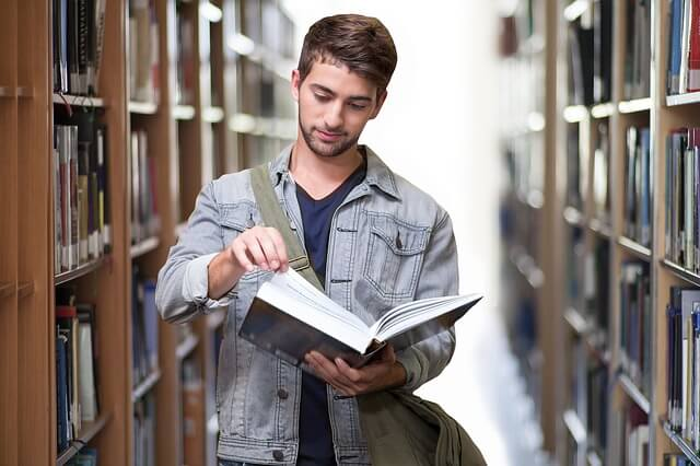 本を読む男子学生