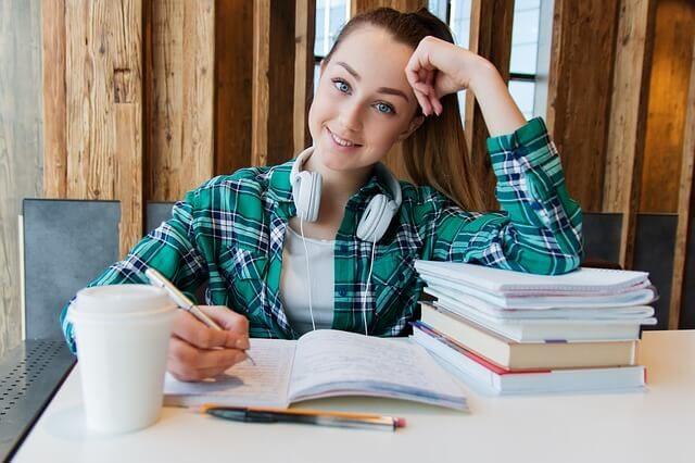 勉強する女学生
