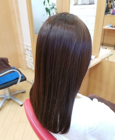 ラベンダーピンクで染めた髪の毛右の写真