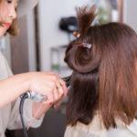 縮毛矯正をする美容師