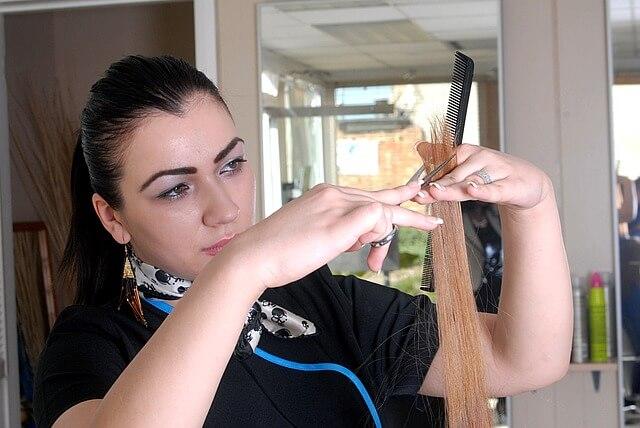 髪を切る女性美容師