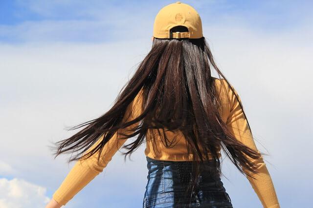 風になびくロングヘアー