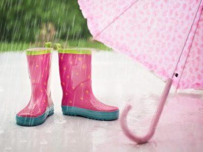 長靴と傘と雨の写真